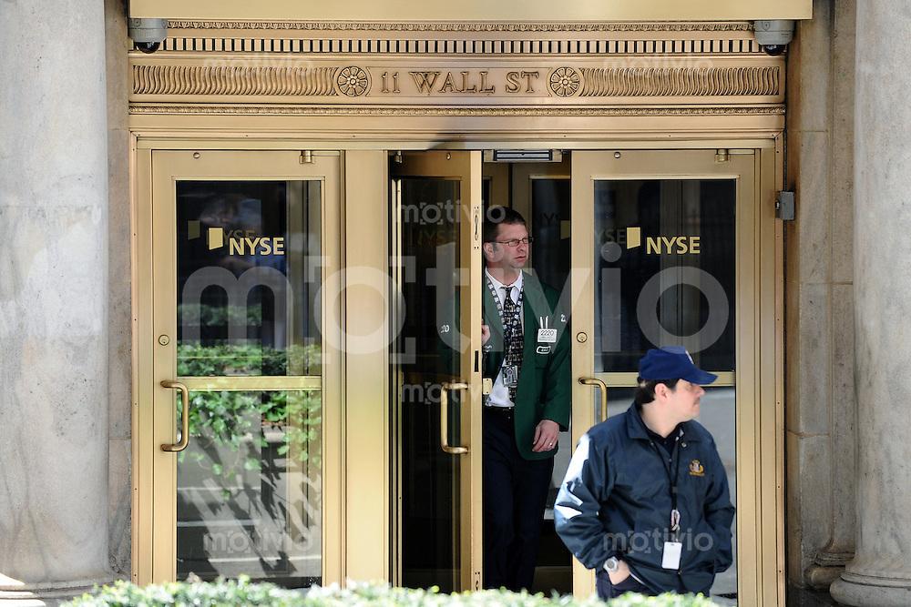 Wirtschaft  International 05.05.2008 Ein Boesrenhaendler kommt aus dem Eingang  der New York Stock Exchange an Wall Street