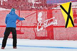 19.01.2011, Tofana, Cortina d Ampezzo, ITA, FIS World Cup Ski Alpin, Lady, Cortina, Abfahrt 1. Training, im Bild Läuferin wird abgewunken, Rennunterbrechungwegen Sturz, during FIS Ski Worldcup ladies downhill first training at pista Tofana in Cortina d Ampezzo, Italy on 19/1/2011. EXPA Pictures © 2011, PhotoCredit: EXPA/ J. Groder