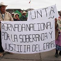 Toluca, Méx.- Al menos mil personas de organizaciones campesinas iniciaron en esta ciudad una marcha hacia la ciudad de Mexico en protesta al incumplimiento de las autoridades de apoyar al campo mexicano. Agencia MVT / Mario Vazquez de la Torre. (DIGITAL)<br /> <br /> NO ARCHIVAR - NO ARCHIVE