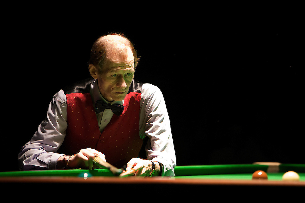 Alex Higgins playing a demonstration match in a Sheffield club in 2008.