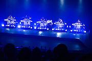 TYONDAI BRAXTON présente HIVE, A/VISIONS 2 :: MODULATE THIS! <br /> Théâtre Maisonneuve<br /> samedi 30 mai,<br /> Deux figures reconnues pour leurs spectacles extrêmement ajustés fignolent encore davantage leur remarquable chorégraphie du mouvement dans FIELD et HIVE, un double programme d'imposants gestes percussifs et de corps en mouvement.