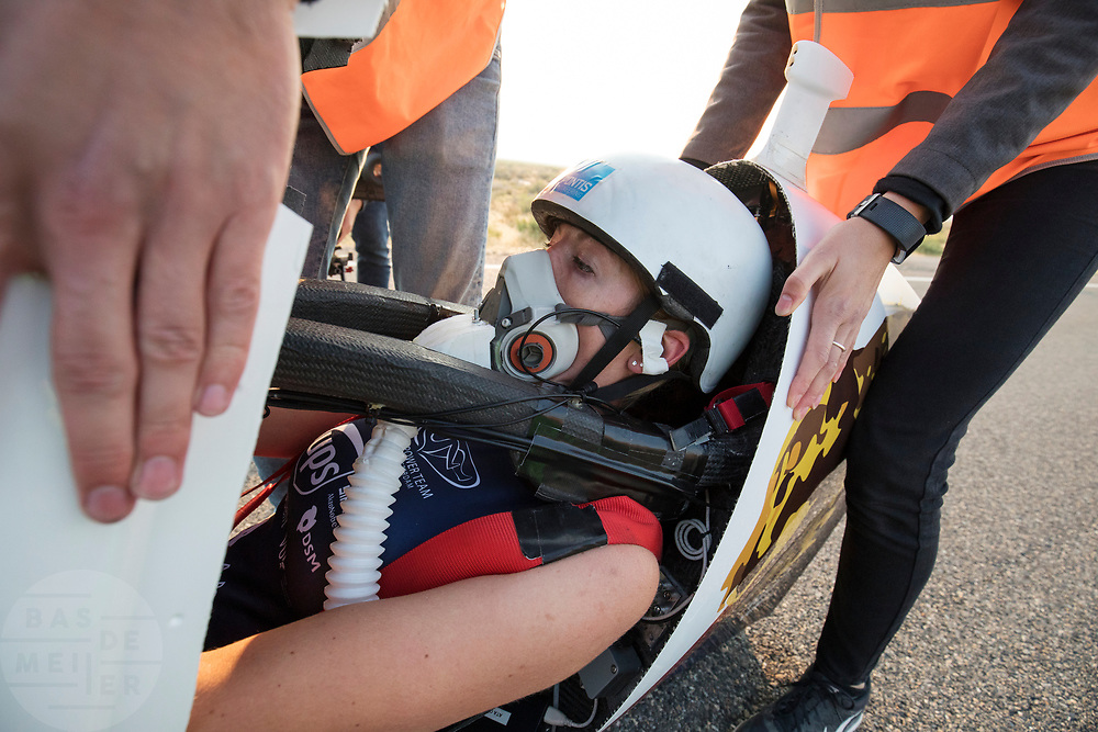 Aniek Rooderkerken stapt uit de VeloX 7 op de vijfde racedag. Het Human Power Team Delft en Amsterdam, dat bestaat uit studenten van de TU Delft en de VU Amsterdam, is in Amerika om tijdens de World Human Powered Speed Challenge in Nevada een poging te doen het wereldrecord snelfietsen voor vrouwen te verbreken met de VeloX 7, een gestroomlijnde ligfiets. Het record is met 121,81 km/h sinds 2010 in handen van de Francaise Barbara Buatois. De Canadees Todd Reichert is de snelste man met 144,17 km/h sinds 2016.<br /> <br /> With the VeloX 7, a special recumbent bike, the Human Power Team Delft and Amsterdam, consisting of students of the TU Delft and the VU Amsterdam, wants to set a new woman's world record cycling in September at the World Human Powered Speed Challenge in Nevada. The current speed record is 121,81 km/h, set in 2010 by Barbara Buatois. The fastest man is Todd Reichert with 144,17 km/h.