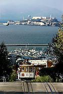 US-SAN FRANCISCO: Tourists on a cable car. Alcatraz in the background. PHOTO: GERRIT DE HEUS