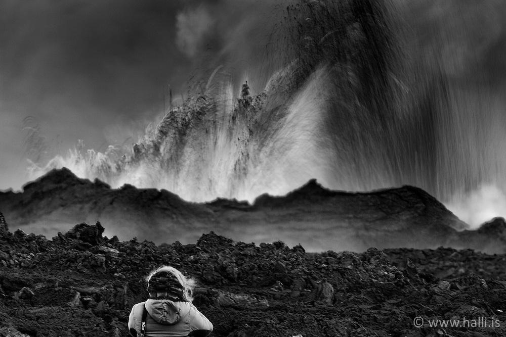Man standing and watching the volcano eruption at Holuhraun, highlands of Iceland - Eldgos við Holuhraun, maður stendur og tekur myndir af gosinu
