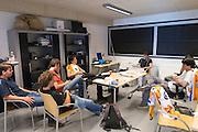 Het team overlegt hoe ze stroomlijn kunnen verbeteren. Op de TU Delft wordt de VeloX2 getest in de windtunnel. Met de VeloX2 wil het Human Powered Team Delft en Amsterdam, bestaande uit studenten van de TU Delft en de VU Amsterdam, het werelduurrecord en het sprint record gaan breken.<br /> <br /> The team of Delft students are discussing the aerodynamics of the VeloX2. The VeloX2 is tested on aerodynamics at the wind tunnel of TU Delft. With the VeloX2 the Human Powered Team Delft and Amsterdam are trying to break the speed records for human powered vehicles.