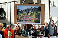 """Roma 18 Aprile 2012.Manifestazione di protesta dei lavoratori del settore delle rinnovabili per chiedere al governo """"di rivedere i decreti approvati (quinto conto energia per incentivi al fotovoltaico e incentivi a altre fonti elettriche) che determinerebbero uno stop allo sviluppo degli impianti"""""""