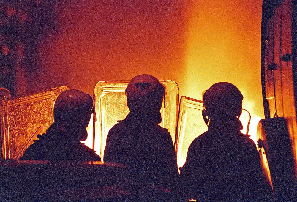 Germany - Deutschland - Rostock-Lichtenhagen; Progrome, Ausstreitungen gegen Asylbewerber vor und und um die Zentrale Aufnahmestelle f&uuml;r Asylbewerber (ZAST)..Fl&uuml;chtlinge, vorallem aus Osteuropa; Vietnamesen werden Opfer von fremdenfeindlichen Angriffen; die Polizei war vorallem am 1. Tag (23.08.1992) machtlos bzw abwesend; HIER: am 25.August 1992; 3. Tag der Angriffe und Stra&szlig;enschlachten; Polizeieinsatz; HERE: Xenophobia and Neo-Nazi riots against foreigners in Eastern Germany, Rostock.<br /> &copy;  christian  JUNGEBLODT..