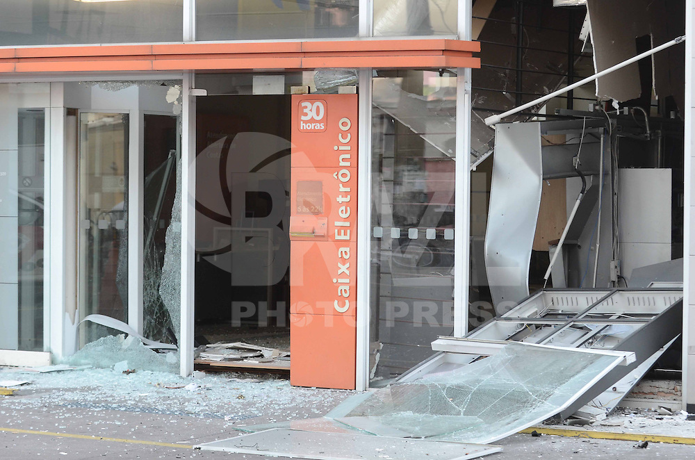 SAO PAULO, SP, 14 de MAIO 2013 -Ladroes explodiram uma agencia bancaria na que funciona detro de um posto de gasolina na Av Miguel Estafano 2309 no Bairro da Agua Funda proximo ao Zoologioco  (FOTO: ADRIANO LIMA / BRAZIL PHOTO PRESS).
