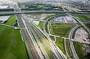 Nederland, Barendrecht, Eerste Barendrechtseweg, 08-09-2006;  voltooide Betuweroute, infrastructuur knooppunt, gezien vanuit Rotterdam IJsselmonde / Lombardijen, richting autosnelweg A15: linksonder de reguliere spoorlijn uit Rotterdam richting station Barendrecht (linksboven); naast deze sporen de dive-unders van de hogesnelheidslijn HSL, onder de Betuweroute door; deze goederenspoorlijn komt van rechts (vanuit de Roterdamse haven) en buigt ook richting Barendrecht; de andere sporen zijn in- en uittaksporen; door de vele railinfrastructuur (en de gevolgen voor geluid en milieu) hebben de huizen langs de Eerste Barendrechtseweg moeten verdwijnen, wat blijft is een restgebied - een bedrijventerrein is in aanleg;bouw, transport, infrastructuur, verkeer en vervoer, mobiliteit, Betuwlijn, planologie; zie ook andere foto's van deze lokatie; deel van de serie Panorama Nederland luchtfoto (toeslag); aerial photo (additional fee required); .foto Siebe Swart / photo Siebe Swart