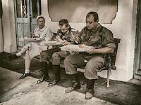 Toutes ces images ont ete realisees lors d'une reconstitution historique.<br /> L&rsquo;histoire vivante en marche.<br /> 72 ans et trois jours apres, le site de Galuzot revit l&rsquo;attaque d&rsquo;un train blinde allemand par des maquisards.Cet acte a permis a la ville de Montceau de recevoir la medaille de la Resistance, decoration qui n&rsquo;a ete decernee qu&rsquo;a 18 collectivites territoriales.<br /> <br /> Le 6 septembre 1944, vers 10 heures, un groupe de maquisards mitraille ce train allemand et le force a s&rsquo;arreter a la hauteur du virage que fait la voie ferree &agrave; cet endroit. <br /> Un peu plus tard, une petite locomotive de la mine, chargee de plastic, est lancee contre le train. <br /> La Resistance fera prisonniers 700 Allemands, parques dans les installations de la mine et au velodrome Salengro.<br /> <br /> La reconstitution historique est egalement appelee &quot;histoire vivante&quot;.Depuis dix ans, les troupes de &laquo;&nbsp;reconstituteurs&nbsp;&raquo; gagnent du terrain. On en compte aujourd&rsquo;hui pres de 2&nbsp;000, toutes epoques confondues.<br /> Les Anglo-Saxons ont invente ce loisir au debut des annees 1980 et vingt ans plus tard, la France s&rsquo;y est mise.<br /> Depuis, nos meilleures troupes rivalisent en qualite avec leurs homologues anglais.&nbsp;<br /> Ces spectacles de reconstitution attirant de plus en plus de visiteurs.<br /> Toutes ces images ont ete realisees lors d'une reconstitution historique.