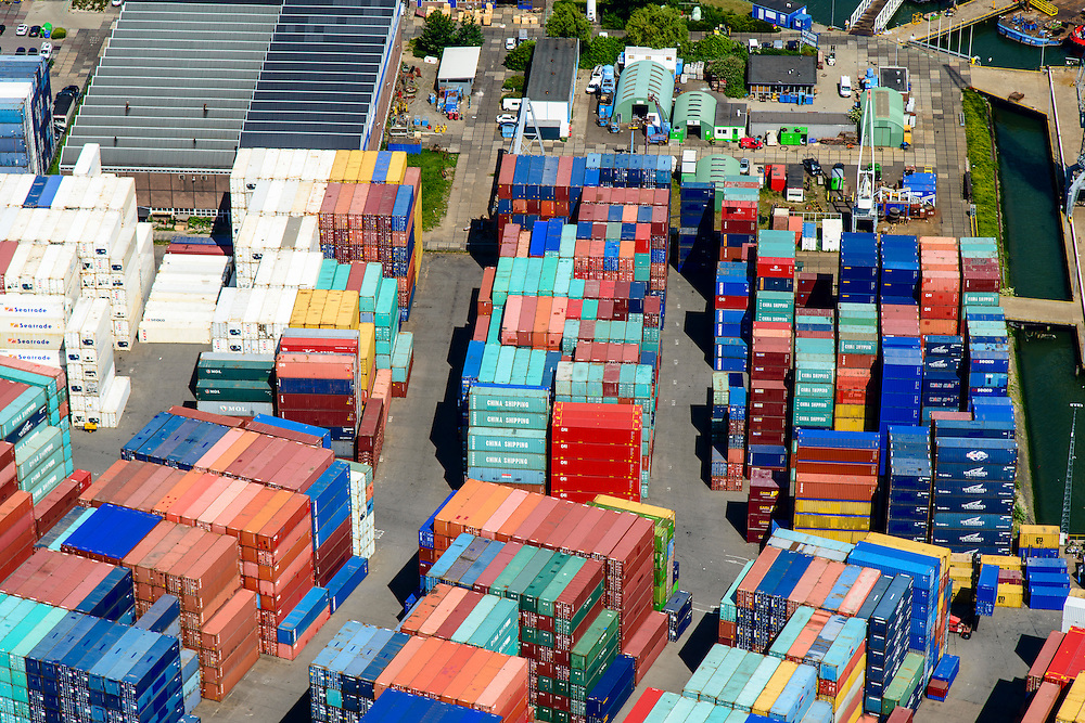 Nederland, Zuid-Holland, Rotterdam, 10-06-2015; Eemhaven met Seattleweg met depot voor verkoop en verhuur van containers en zeecontainers.<br /> Depot for sale and rental of containers and shipping container.<br /> <br /> luchtfoto (toeslag op standard tarieven);<br /> aerial photo (additional fee required);<br /> copyright foto/photo Siebe Swart