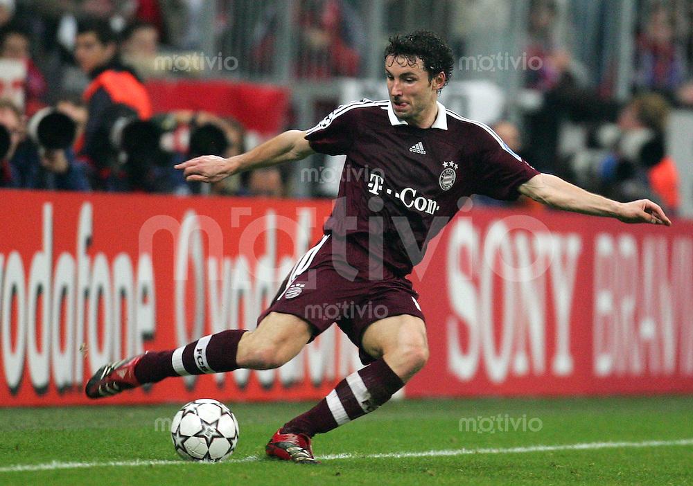 Muenchen Uefa Champions League FC Bayern Muenchen - Inter Mailand Mark VAN BOMMEL (FCB), Einzelaktion am Ball, Action, Schusshaltung, schiessen, zieht ab, abziehen.