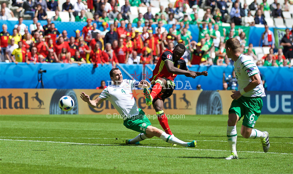BORDEAUX, FRANCE - Saturday, June 18, 2016: Belgium's Romelu Lukaku scores his first goal to make the score 1-0 during the UEFA Euro 2016 Championship Group E match against the Republic of Ireland at Stade de Bordeaux. (Pic by Paul Greenwood/Propaganda)