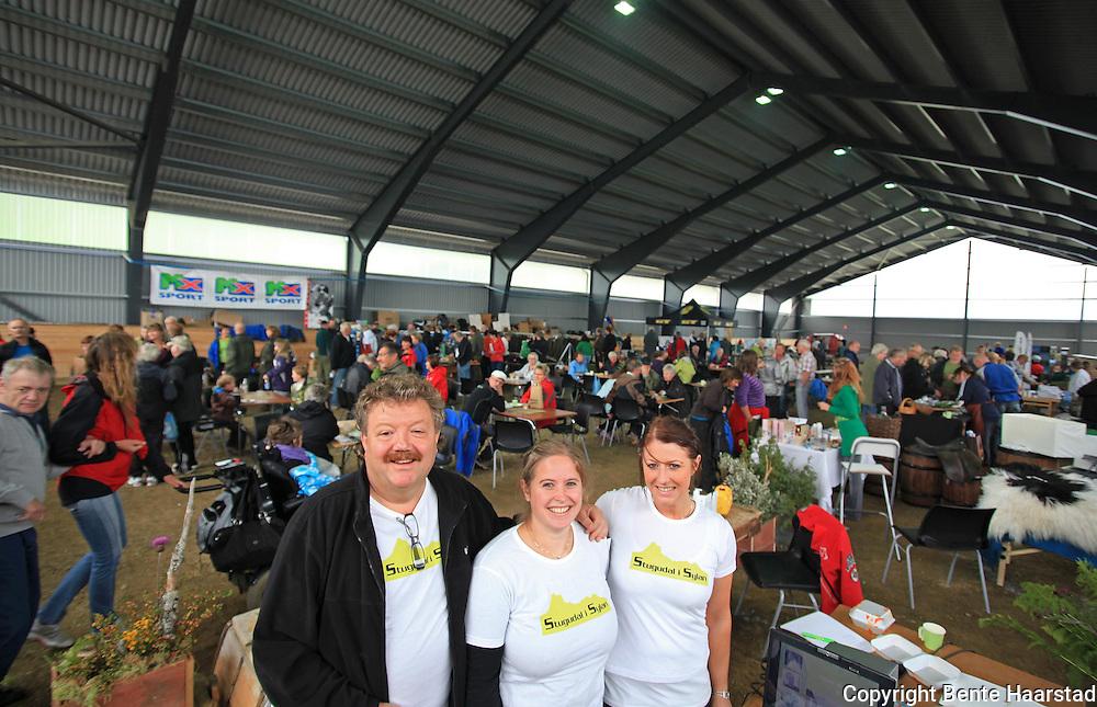 Første villmarksmesse i Stugudal. Anders Ulseth, Heidi Kvithammer og An-Magrit Morset fra rrangørstaben synes det er stas at det kom så mye folk. Foto: Bente Haarstad Villmarksmessa i Stugudal arrangeres hvert år på seinhøsten.