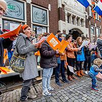 Nederland, Oudewater, 27 april 2017.<br />Koningsdag in Oudewater.<br />s&rsquo;Ochtends tussen 09.30 &ndash; 10.00 uur: Aubade (op de Visbrug) bij het Stadhuis en wordt er gezongen<br />Daarna zijn er allerlei activiteiten in de binnenstad zoals de kinder vrijmarkt, ponyrijden, schminken etc.<br /><br /><br />Foto: Jean-Pierre Jans
