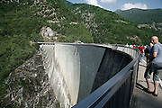 Svizzera, Val Verzasca, la diga di Vogorno.......Switzerland,  Canton Ticino: Verzasca Valley, the Vogorno Dam.. Lake Maggiore and its valleys are alpine landscapes that merge into typically Mediterranean scenery, where popular traditions are combined with internationally renowned events, and villages, in which time seems to have stood still, peep down from their lofty peaks on towns that are looking to the future. Fascinating contrasts that make this a unique region