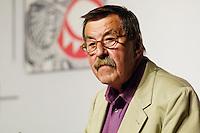 """22 AUG 2005, BERLIN/GERMANY:<br /> Guenter Grass, Autor, haelt eine Rede, waehrend einer Diskussion zum Thema """"7 Jahre rot-gruene Kulturpolitik"""", Palais der Kulturbrauerei<br /> IMAGE: 20050822-03-052<br /> KEYWORDS: Günter Grass, speech"""