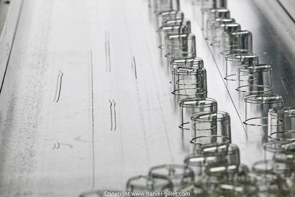 Tapis roulant a la sortie d'une presse a injecter plastique, Oyonnax, Plastic-vallee. France