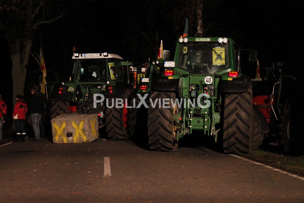 Am Rande der gro&szlig;en Anti-Atom-Kundgebung bei Dannenberg blockieren Landwirte eine der beiden m&ouml;glichen Transportstrecken f&uuml;r den Castor. Sie verkeilen dazu mehrere Landmaschinen. <br /> <br /> Ort: Splietau<br /> Copyright: Malte D&ouml;rge<br /> Quelle: PubliXviewinG