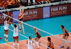 03-10-2015 NED: Volleyball European Championship Semi Final Nederland - Turkije, Rotterdam<br /> Nederland verslaat Turkije in de halve finale met ruime cijfers 3-0 / Lonneke Sloetjes #10, Laura Dijkema #14, Anne Buijs #11