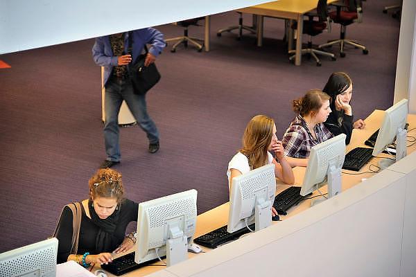 Nederland, Nijmegen,24-8-2011Studenten in de bibliotheek, studiecentrum van de hogeschool Arnhem Nijmegen, HAN. Foto: Flip Franssen/Hollandse Hoogte