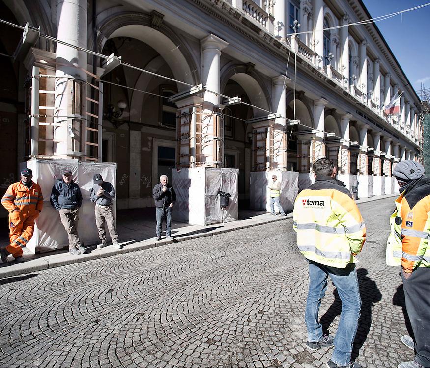 Operai in pausa nel centro della citt&agrave; dell'Aquila<br /> <br /> Workers pause in center city of L'Aquila