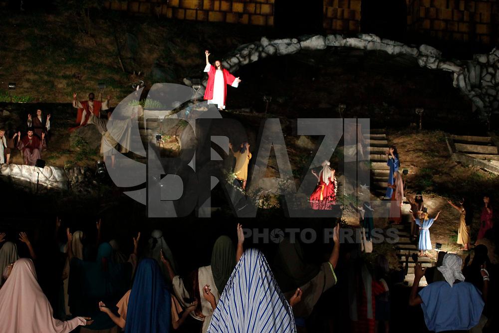 """SANTANA DE PARNAÍBA, SP, 21 DE ABRIL DE 2011 - ENCENAÇÃO DRAMA DA PAIXÃO - A apresentação do espetáculo """"Drama da Paixão"""" – considerada a segunda maior encenação do País sobre o nascimento, vida, morte e ressurreição de Jesus Cristo. Na noite desta quinta-feira (21), em Santana de Parnaíba – cidade localizada a 35 km da capital. (FOTO: WILLIAM VOLCOV / NEWS FREE)."""