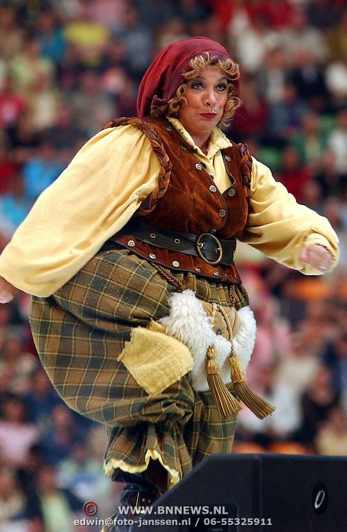 NLD/Amsterdam/20050515 - Muziekfeest in de Arena, optreden Piet Piraat, Stien Stuis