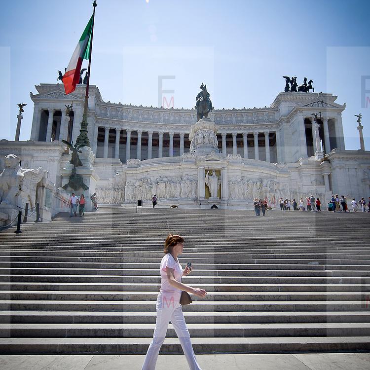 Turista davanti all'Altare della Patria (Vittoriano)a Roma..A tourist walk near the Altare della Patria (Altar of the Fatherland or Vittoriano) in Rome.