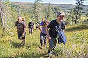 Arvid Jåma leder demonstrantene opp i Storheia.