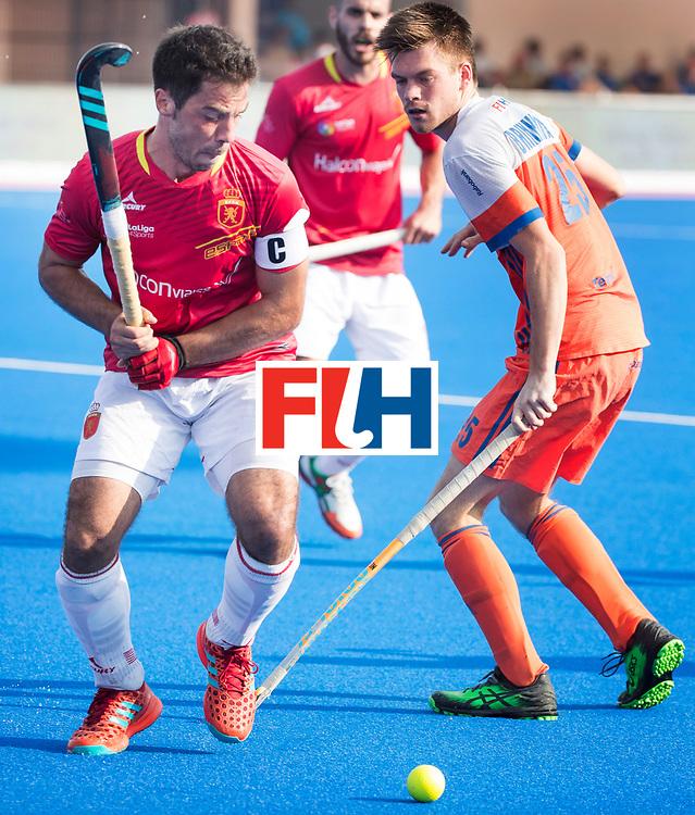 BHUBANESWAR -  Miguel Delas (Esp) met Thierry Brinkman (Ned)    tijdens  de Hockey World League Final wedstrijd Nederland-Spanje (2-3).  COPYRIGHT  KOEN SUYK