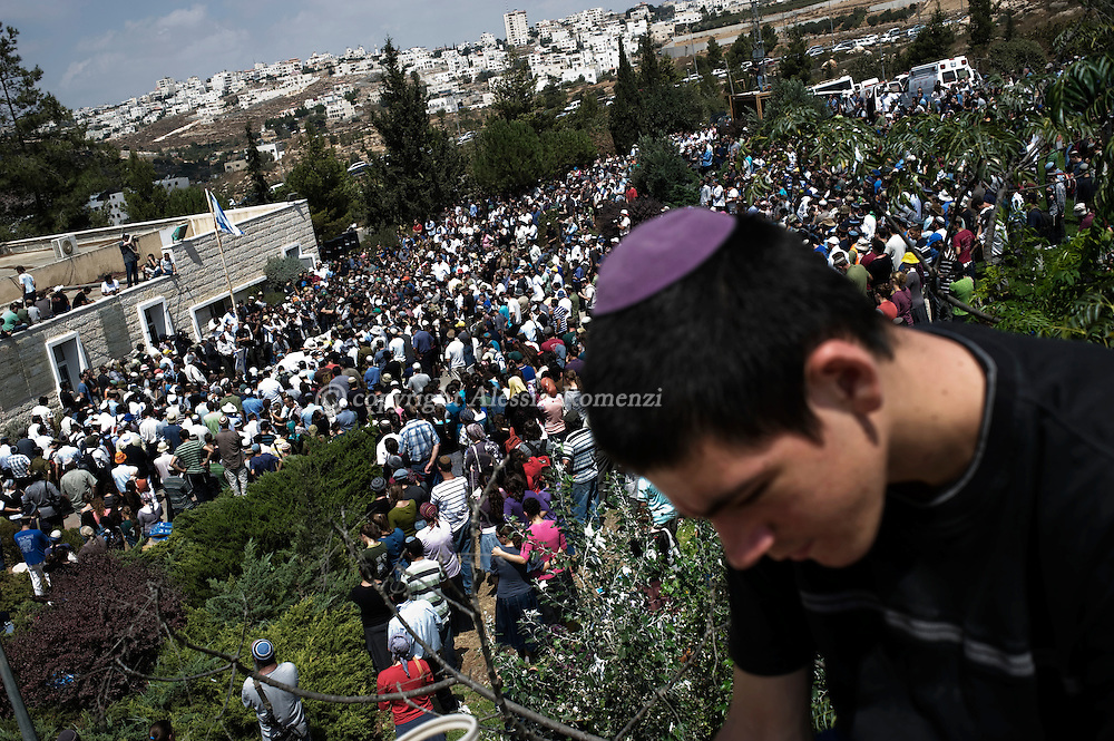 Mourners attend the funeral of four Israeli settlers killed the previous night by Palestinian gunmen in the Jewish settlement of Beit Hagai in the southern West Bank near Hebron on September 1, 2010. Israeli forces sealed off parts of the West Bank while Palestinian security forces arrested scores of Hamas supporters after the four settlers were gunned down just ahead of Middle East peace talks.© ALESSIO ROMENZI