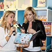 NLD/Amsterdam/20100218 - Presentatie boekje Vivienne Ewbank door Tanja Jess , Tanja Jess overhandigt boek aan Vivienne Ewbank