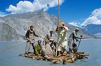 Pakistan, Baltistan, Region de Khaplu, traverse de la riviere Shyok, affluent de l'Indus, sur un radeau. // Pakistan, Baltistan, North Pakistan, Khaplu area, raft on the Shyok river (Indus affluent)