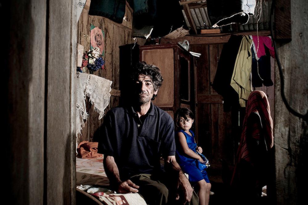 El asentamiento 13 de Mayo, en el departamento de Itapu&aacute;, Paraguay, fue desalojado 17 veces en seis a&ntilde;os y otras tantas volvieron a su tierra. Son 8 hect&aacute;reas ocupadas por 40 familias y reclamadas por los sucesores de Amado Cano Ortiz, el ex m&eacute;dico personal del dictador Alfredo Stroessner.<br /> <br /> En cada desalojo participan cerca de 100 polic&iacute;as y guardias civiles. Lo primero que hacen es quemar las casas. La &uacute;ltima vez quemaron 37.