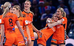 16-12-2018 FRA: Women European Handball Championships bronze medal match, Paris<br /> Romania - Netherlands 20-24, Netherlands takes the bronze medal / Laura Van Der Heijden #6 of Netherlands, Estavana Polman #79 of Netherlands