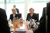 """16 OCT 2006, BERLIN/GERMANY:<br /> Ursula von der Leyen (M-Li), CDU, Bundesfamilienministerin, und Angela Merkel (M-Re), CDU, Bundeskanzlerin, zu Beginn des Spitzengespraechs """"Familie und Wirtschaft"""" der Bundeskanzlerin mit der Impulsgruppe der """"Allianz für die Familie"""", Kleiner Kabinettsaal, Bundeskanzleramt<br /> IMAGE: 20061016-01-006<br /> KEYWORDS: Spitzengespräch"""