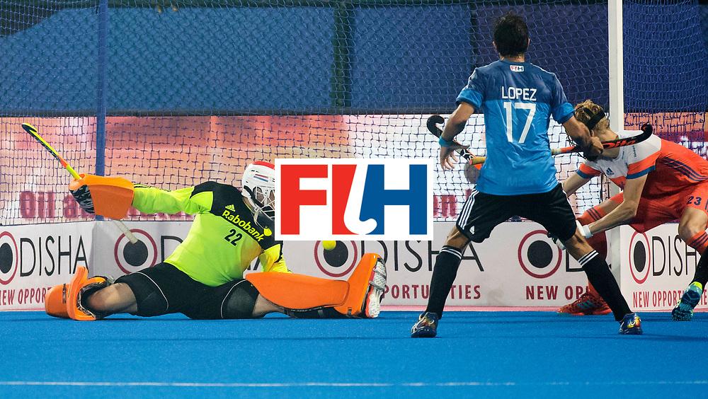 BHUBANESWAR - keeper Sam van der Ven (Ned) en Joep de Mol (Ned) zien de stand op 3-3 komen in de laatste minuut van   de Hockey World League Final wedstrijd Nederland-Argentinie (3-3).  COPYRIGHT  KOEN SUYK