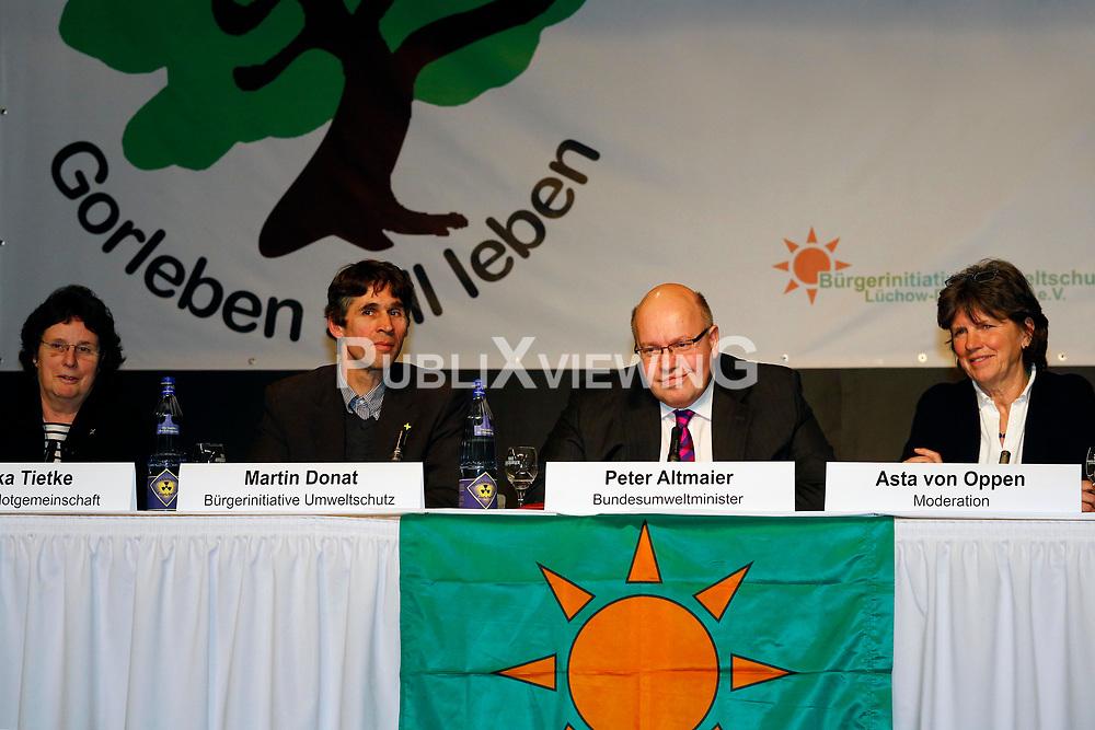 Am 21. Januar 2012 besucht Bundesumweltminister Peter Altmaier (CDU) das Wendland, um f&uuml;r das Endlagersuchgesetz zu werben. Neben anderen Terminen, f&uuml;hrt er am Abend auch eine Podiumsdiskussion mit Atomkraftgegnern aus L&uuml;chow-Dannenberg. Im Bild (v.l.): Monika Tietke (B&auml;uerliche Notgemeinschaft), Martin Donat (BI Umweltschutz L&uuml;chow-Dannenberg), Bundesumweltminister Peter Altmaier (CDU), Asta von Oppen (Rechtshilfe Gorleben) <br /> <br /> Ort: L&uuml;chow<br /> Copyright: Michaela M&uuml;gge<br /> Quelle: PubliXviewinG
