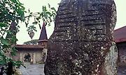 Alter Gedenkstein mit Kirche im Hintergrund, Nuka Hiva, Französisch Polynesien * Old commemorative stone with church in background, Nuka Hiva, French Polynesia
