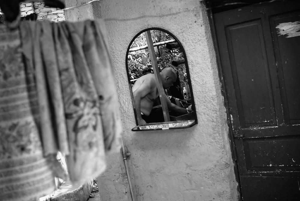 """APUNTES SOBRE MI VIDA: LA PASTORA I - 2009/10<br /> Photography by Aaron Sosa<br /> Jesus Montilla """"Monchu"""" o """"Gorilon"""".<br /> La Pastora, Caracas - Venezuela 2009<br /> (Copyright © Aaron Sosa)"""