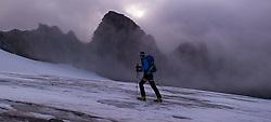 """THEMENBILD - Bergsteiger bei Morgendämmerung am Ködnitzkees. Der Großglockner ist mit 3798 m ü.A. der höchste Berg Österreichs und ein beliebtes Ziel zahlreicher Bergsteiger. Er ist in der Glocknergruppe in den Hohen Tauern. Aufgenommen am 11.10.2014 in Tirol, Österreich // Mountaineer on """"Koednitzkees"""" Glacier. Grossglockner is the highest mountain of austria and is located in the Hohe Tauern mountain range which is part of the central eastern alps. Tyrol, Austria on 2014/10/11. EXPA Pictures © 2014, PhotoCredit: EXPA/ Michael Gruber"""