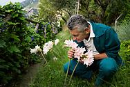 Positano, Italia - Nello Trapani, giardieniere e botanico. Cura il verde anche per uno dei pi&ugrave; prestigiosi alberghi al mondo: Le Sirenuse di Positano.<br /> Ph. Roberto Salomone