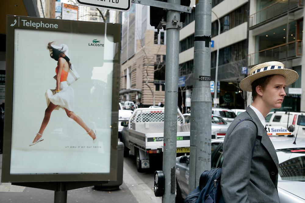 Sydney,<br /> Andei por ali a cirandar e a meter-me com as gaivotas (e elas comigo, foi ent&atilde;o que parei com a brincadeira) e depois fui ver o que se passava nas ruas que se estendem no meio dos arranha-c&eacute;us, que t&ecirc;m caf&eacute;s nos r&eacute;s-do-ch&atilde;o como que para lhes injectar a cafe&iacute;na nos alicerces.