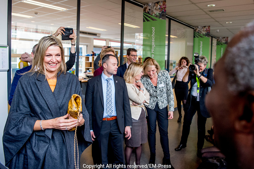 Koningin Maxima tijdens een werkbezoek aan de pabo van de Thomas More Hogeschool in Rotterdam. Daar sprak zij over de ontwikkelingen van muziekonderwijs binnen de pabo-opleidingen.Koningin M&aacute;xima is erevoorzitter van het Platform Ambassadeurs M&eacute;&eacute;r Muziek in de Klas.<br /> <br /> <br /> Queen Maxima during a working visit to the teacher training colleges of Thomas More College in Rotterdam. There she spoke about the development of music education in the teacher training opleidingen.Koningin M&aacute;xima is honorary president of the Platform Ambassadors Get more Music in the Classroom.