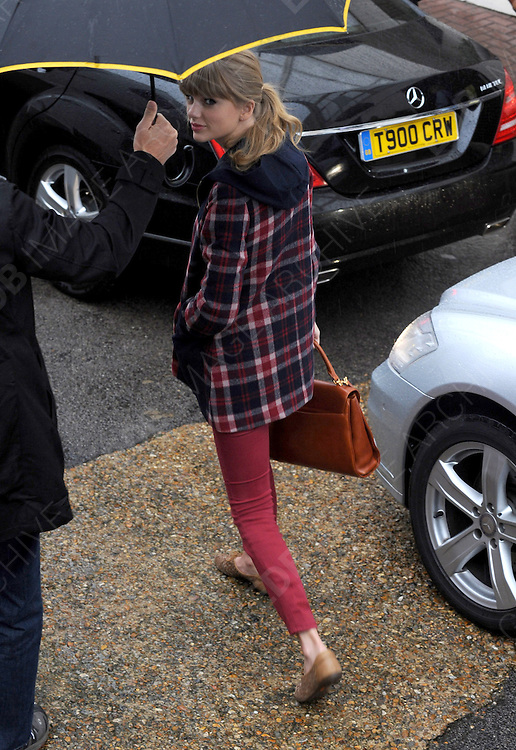 05.OCTOBER.2012. LONDON<br /> <br /> TAYLOR SWIFT ARRIVES AT THE STUDIOS AHEAD OF THE LIVE SHOWS<br /> <br /> BYLINE: EDBIMAGEARCHIVE.CO.UK<br /> <br /> *THIS IMAGE IS STRICTLY FOR UK NEWSPAPERS AND MAGAZINES ONLY*<br /> *FOR WORLD WIDE SALES AND WEB USE PLEASE CONTACT EDBIMAGEARCHIVE - 0208 954 5968*