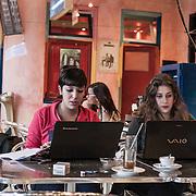 Tunisi, due ragazze tunisine al computer nel caffe letterario Theatre l'Etoile du Nord, dove hanno possibilità di connessione gratuita wi-fi e luogo di incontro conosciuto  da parecchi giovani attivisti, blogger e studenti