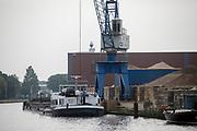 Bij Leiderdorp wordt een binnenvaartschip geladen.<br /> <br /> Near Leiderdorp a cargo vessel is loaded.