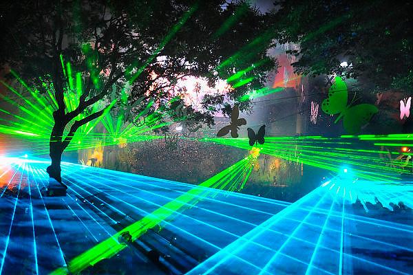 Nederland, Nijmegen, 16-7-2008Onlosmakelijk met de vierdaagse, 4daagse, zijn in Nijmegen de vierdaagse feesten, de zomerfeesten. Op 8 grote en 13 kleinere podia staat een keur aan artiesten, voor elk wat wils.Elke avond komen tegen de honderdduizend bezoekers naar de binnenstad. De politie heeft inmiddels grote ervaring met het spreiden van de mensen, het zgn. crowd control. Op de foto het podium van dicotheek,the Maxx, voor house en dance. Hier word gebruik gemaakt van laserstralen voor de lichtshow, waar onlangs in Rusland 80 jongeren verblind door zijn geraakt.Foto: Flip Franssen/Hollandse Hoogte