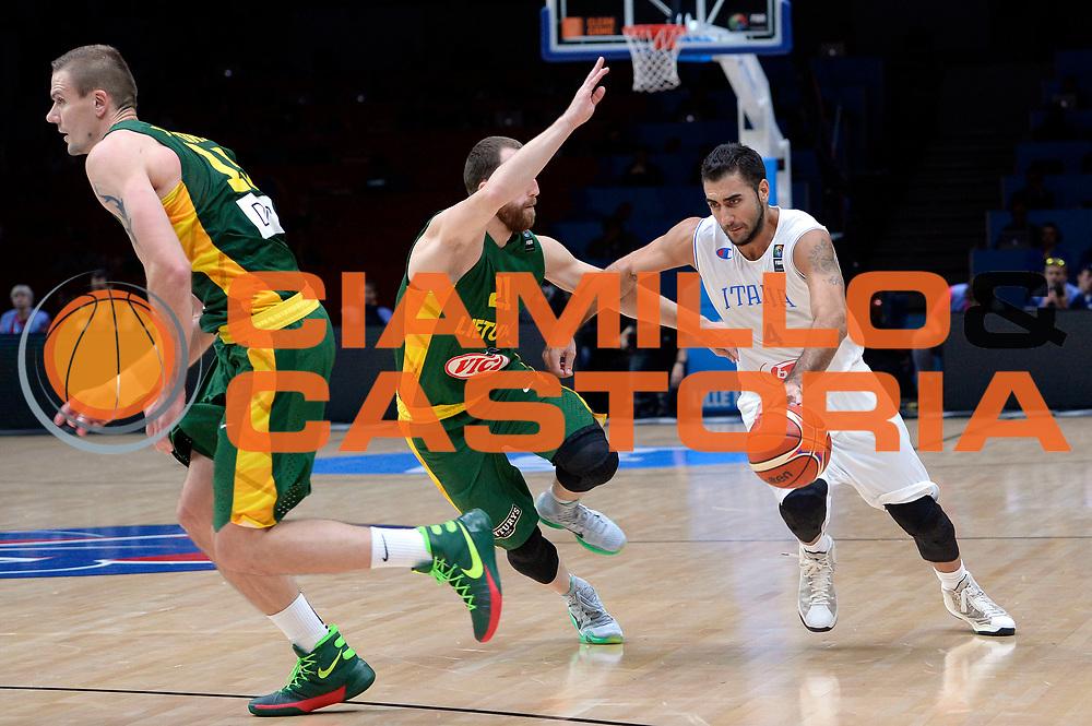 DESCRIZIONE : Lille Eurobasket 2015 Quarti di Finale Quarter Finals Lituania Italia Lithuania Italy<br /> GIOCATORE : Pietro Aradori<br /> CATEGORIA : palleggio penetrazione<br /> SQUADRA : Italia Italy<br /> EVENTO : Eurobasket 2015 <br /> GARA : Lituania Italia Lithuania Italy<br /> DATA : 16/09/2015 <br /> SPORT : Pallacanestro <br /> AUTORE : Agenzia Ciamillo-Castoria/Max.Ceretti<br /> Galleria : Eurobasket 2015 <br /> Fotonotizia : Lille Eurobasket 2015 Quarti di Finale Quarter Finals Lituania Italia Lithuania Italy
